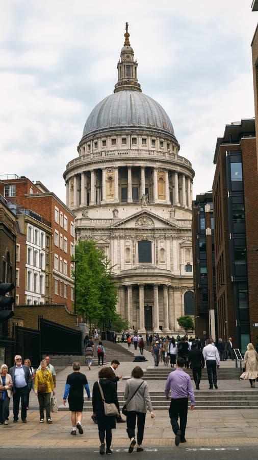 Собор St Paul от квадрата Paternoster в городе Лондона, Великобритании, июня 2018 стоковые фотографии rf
