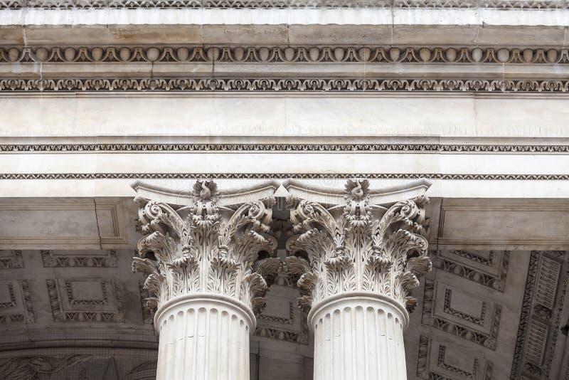 Собор St Paul XVIII века, украшенные столицы, Лондон, Великобритания стоковая фотография rf