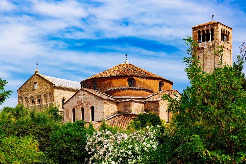 Собор Torcello, церковь Санта Fosca, колокольни, над деревом стоковая фотография