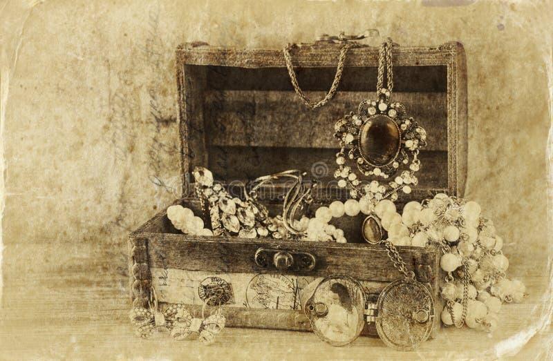 Собрание винтажных ювелирных изделий в античной деревянной шкатулке для драгоценностей ретро фильтрованное изображение городок ти стоковые фотографии rf