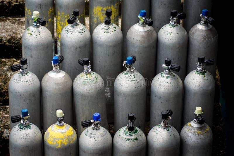 Собрание ждать баков с кислородом воздуха скубы выровнянный вверх стоковое изображение rf