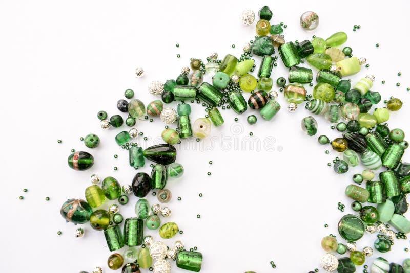 Собрание зеленых стеклянных бусин сформировало в нецентральную гирлянду стоковые фотографии rf