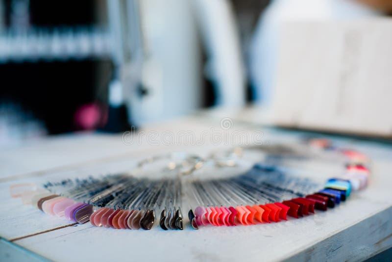 Собрание искусственных красочных ногтей стоковая фотография