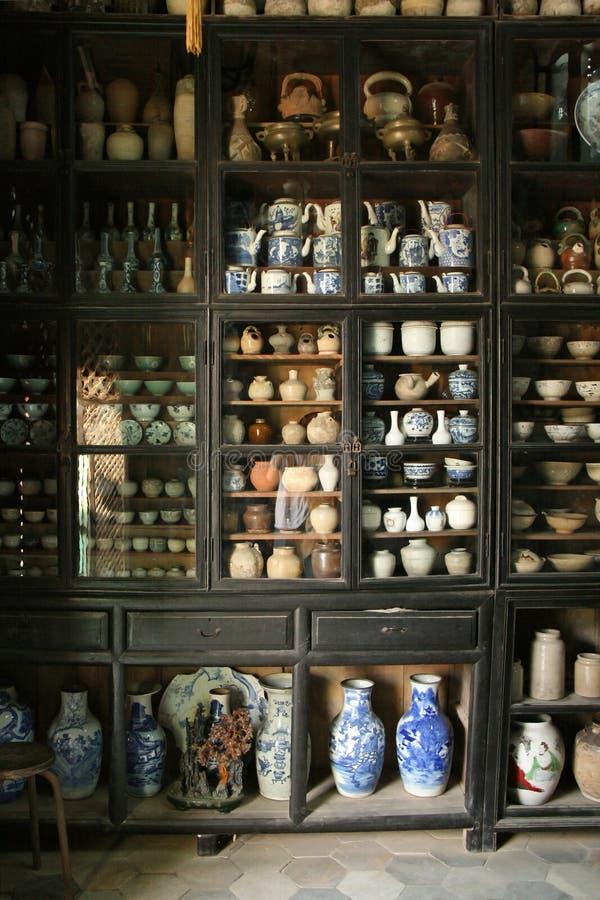Собрание керамики подвергается действию в шкаф дисплея в музее в Hoi (Вьетнам) стоковое фото