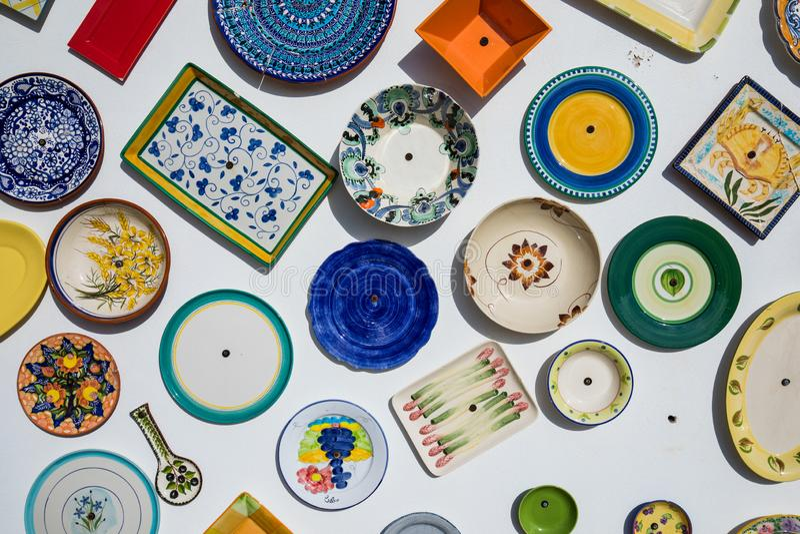 Собрание красочной португальской керамической гончарни, местных продуктов ремесла от Португалии Керамические плиты показывают в П стоковая фотография