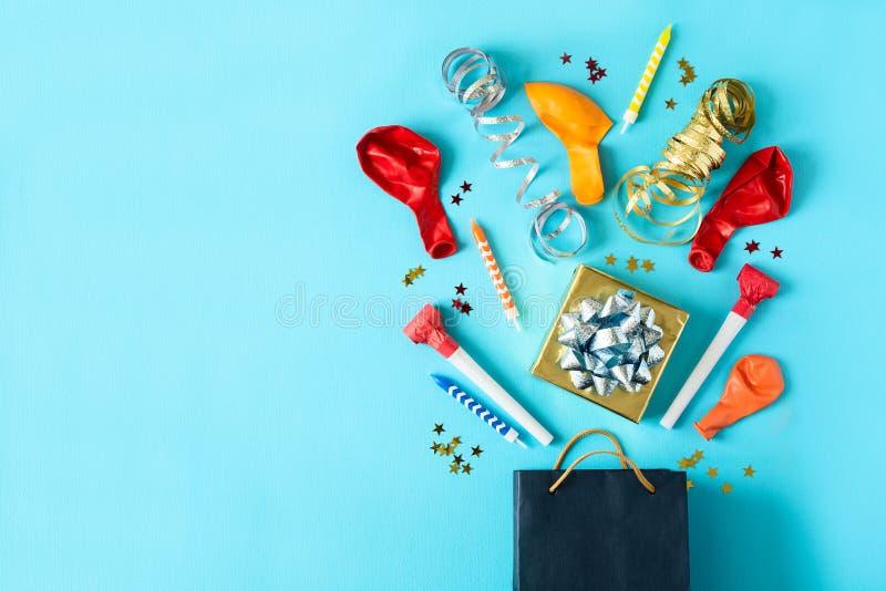 Собрание красочных объектов дня рождения в подарочной коробке на голубой бумажной предпосылке Концепция торжества праздника скопи стоковое фото rf