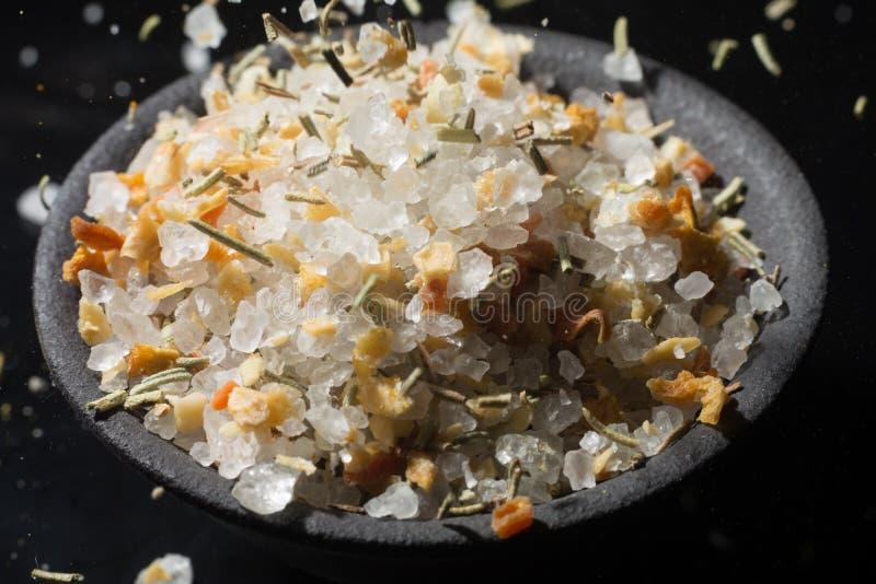 Собрание макроса, соль белого моря смешало с итальянскими травами, rosem стоковая фотография rf