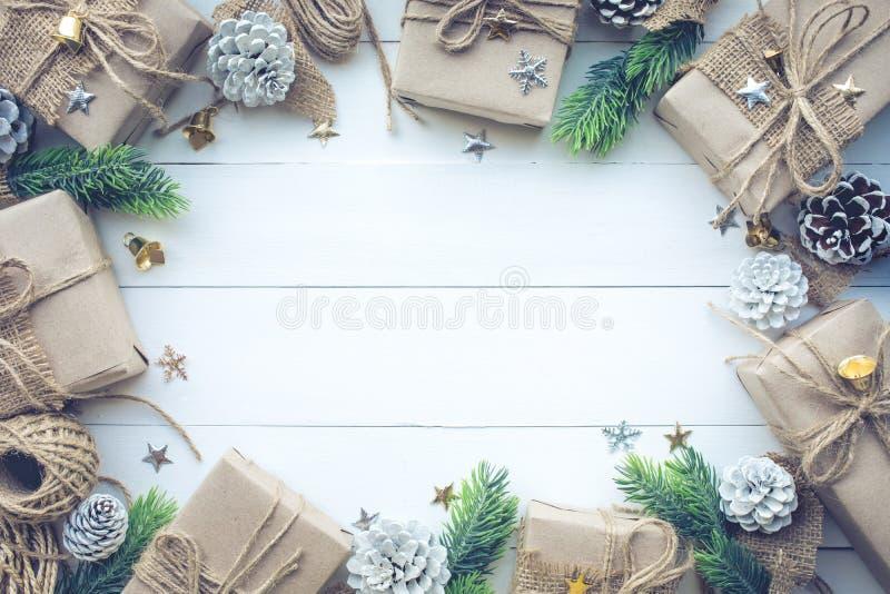 Собрание подарочных коробок обернутое в бумаге kraft с сосной границы на белой древесине стоковое фото