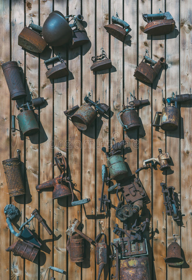 Собрание постаретых винтажных инструментов и аксессуаров стоковое фото rf