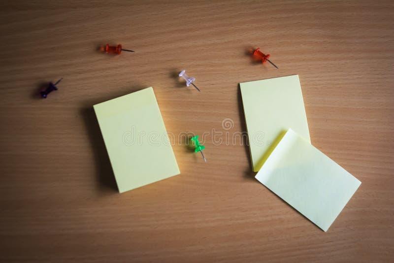 Собрание пука штырей и бумаги примечания и свободные бумаги на деревянной доске взгляд сверху готовое для того чтобы заполнить ва стоковое изображение