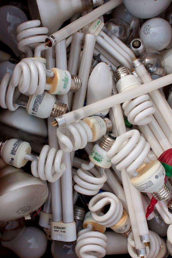 Собрание сброшенных электрических лампочек на рециркулировать событие стоковые изображения
