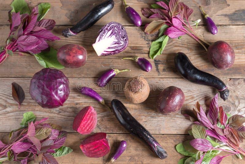 Собрание свежего фиолетового фрукта и овоща на деревянной предпосылке стоковые фото