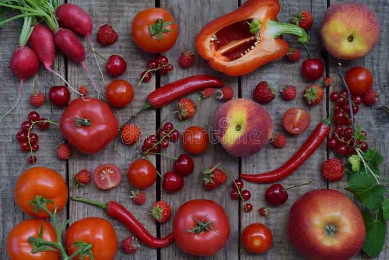 Собрание свежих красных плодоовощей, овощей и фасоли еда принципиальной схемы здоровая Вегетарианский продукт Органическая сырцов стоковые изображения rf