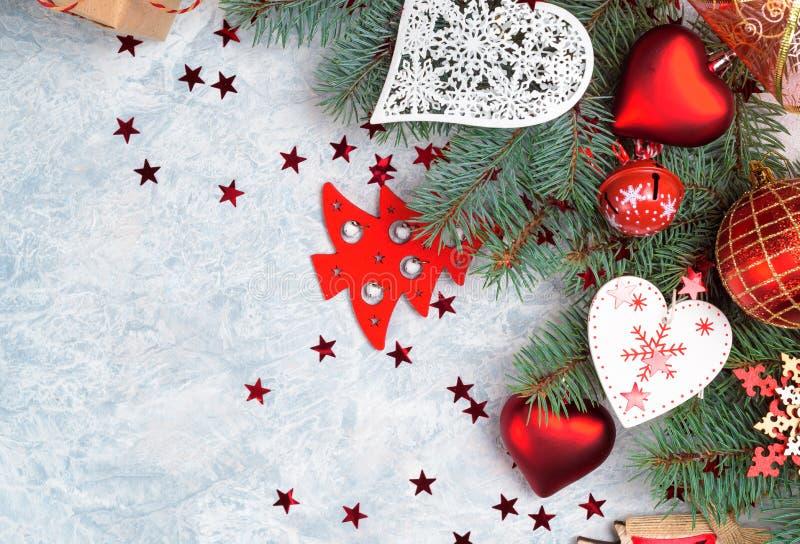 Собрание украшения рождества: сердца, ветви и оформление безделушки на каменной предпосылке Фон Xmas для вашей поздравительной от стоковое фото