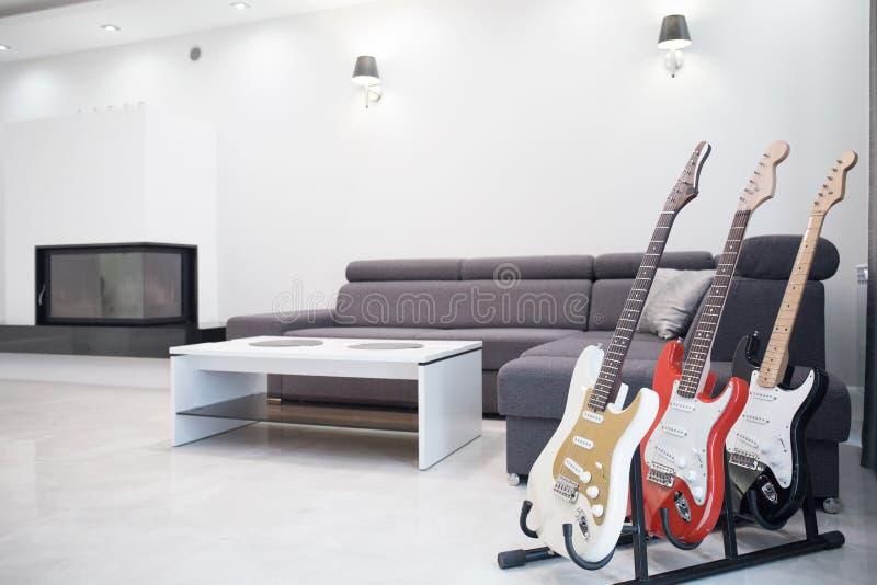 Собрание электрических гитар стоковая фотография