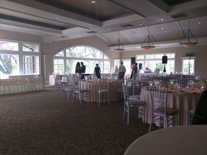 Событие свадьбы, таблица сервировки, гости, приемная и серверы стоковое фото rf