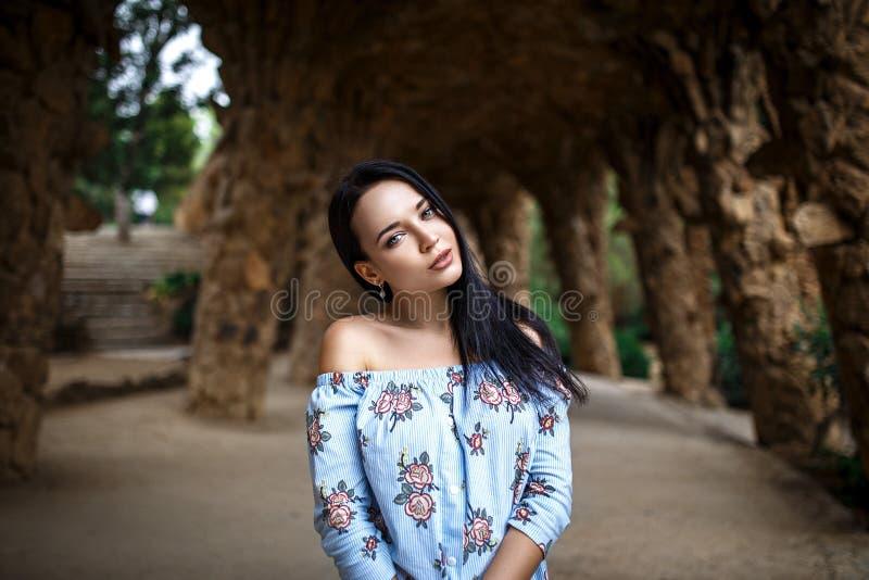 Совершенная девушка с красивой стороной стоковые фотографии rf