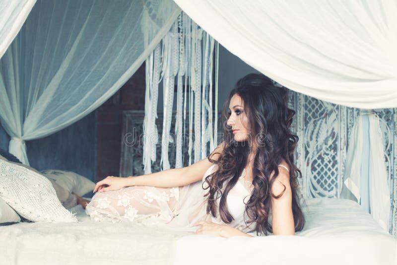 Совершенная женщина фотомодели Glamourus стоковая фотография rf