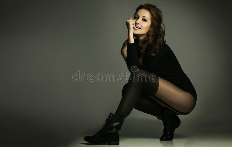Совершенная женщина чувственности женщины в черном платье стоковая фотография rf