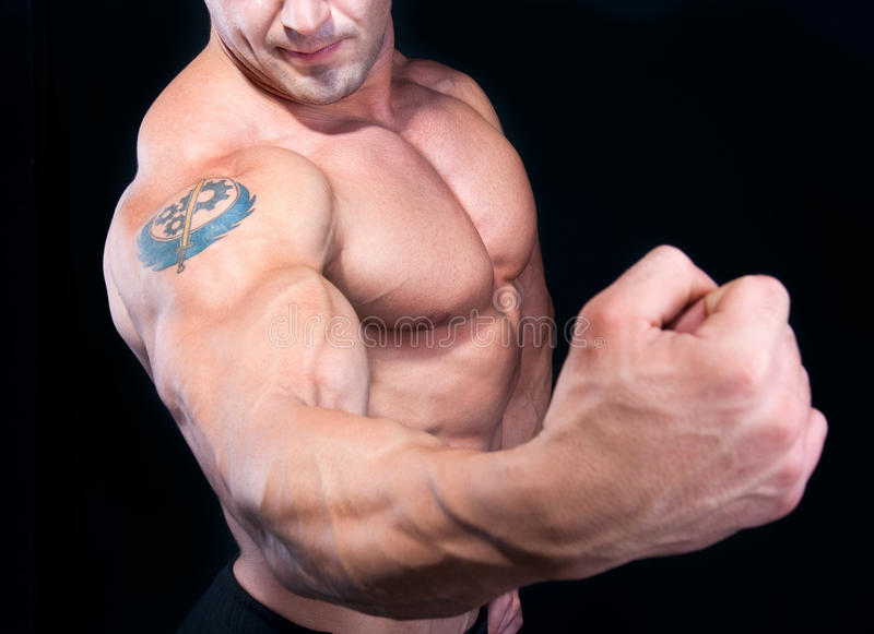 Совершенная мыжская сильная рука стоковое изображение rf