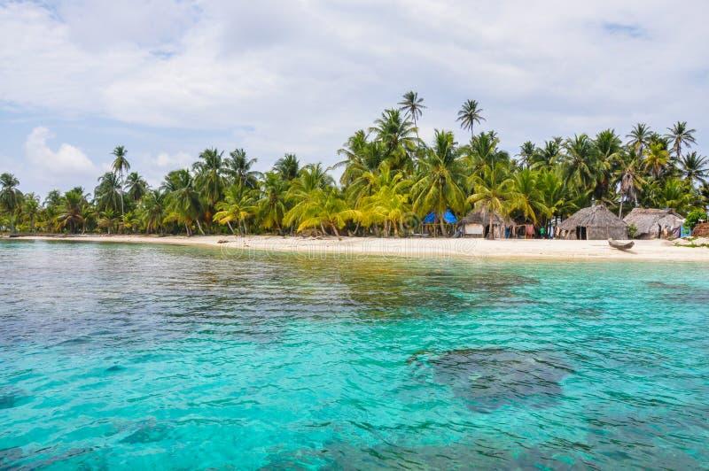 Совершенная родная карибская деревня на кристалле - ясном острове. Сан Blas, Панама. Центральная Америка. Латинская Америка. стоковая фотография rf