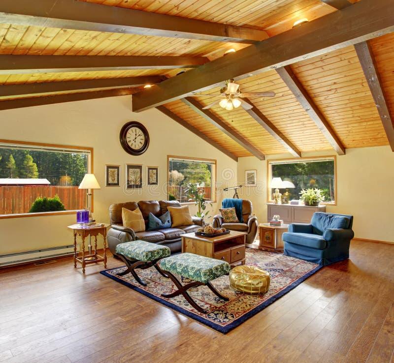 Совершенная традиционная живущая комната с красивым оформлением стоковое фото rf