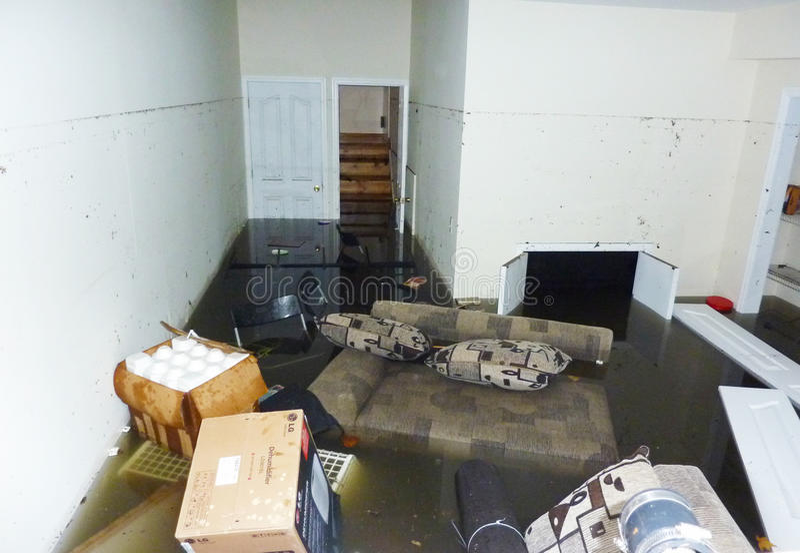 Совершенно затопленный подвал на следующий день после урагана Sandy в острове Staten стоковые фотографии rf