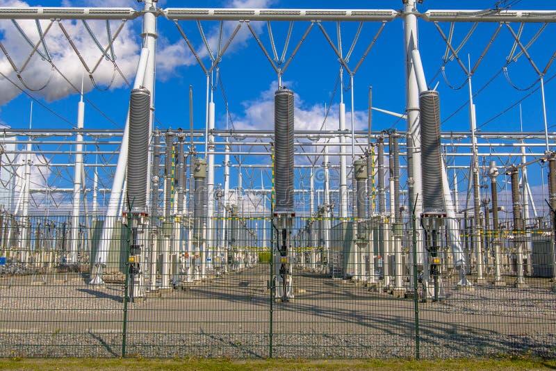 Совершенно новая высоковольтная электрическая подстанция стоковые фотографии rf