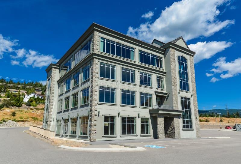Совершенно новое коммерчески здание с розницей и размерами офиса для продажи или арендой стоковое изображение rf