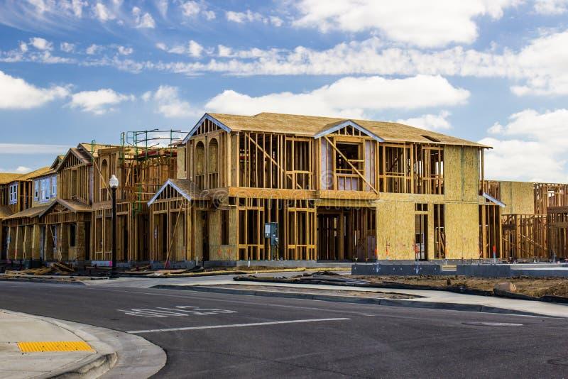 Совершенно новые 2 дома рассказа в урбанизации стоковое изображение