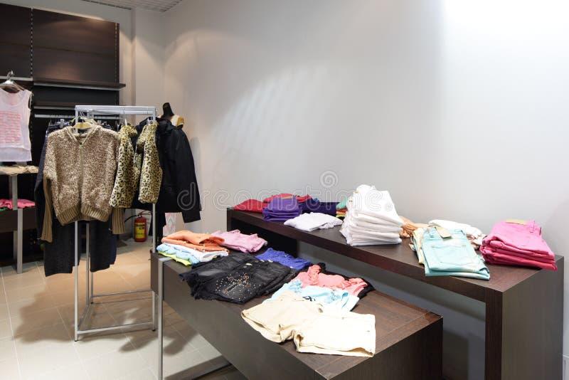Download Совершенно новый интерьер магазина ткани Стоковое Фото - изображение насчитывающей внутрь, нутряно: 40575020