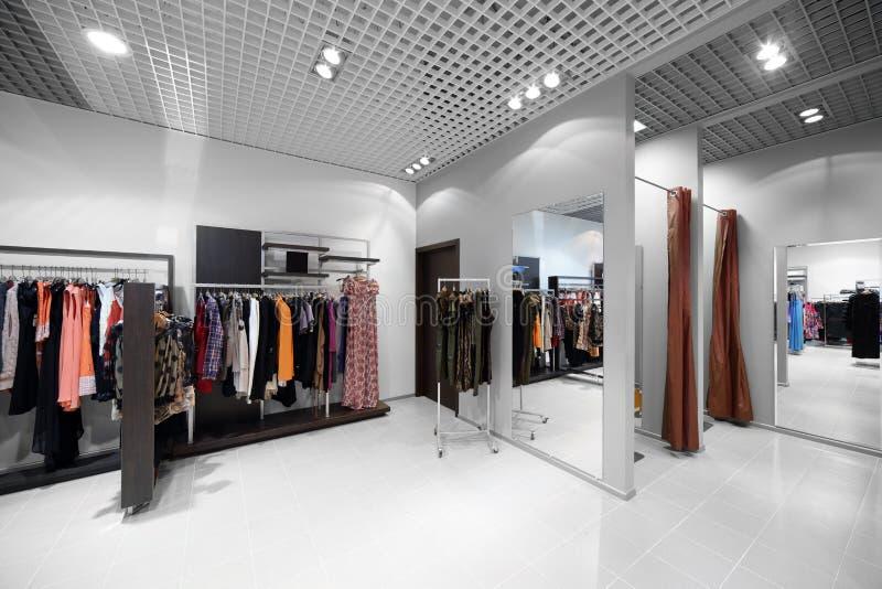 Download Совершенно новый интерьер магазина ткани Стоковое Фото - изображение насчитывающей роскошно, стекло: 40575048
