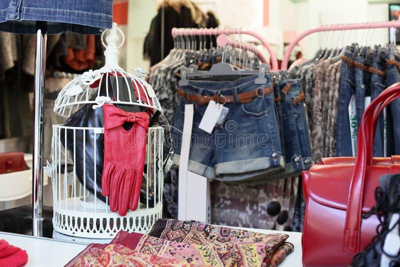 Download Совершенно новый интерьер магазина ткани Стоковое Фото - изображение насчитывающей свет, backhoe: 40575254