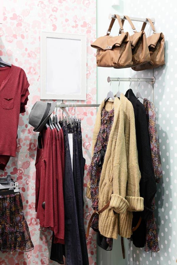 Download Совершенно новый интерьер магазина ткани Стоковое Изображение - изображение насчитывающей нутряно, платье: 40575265