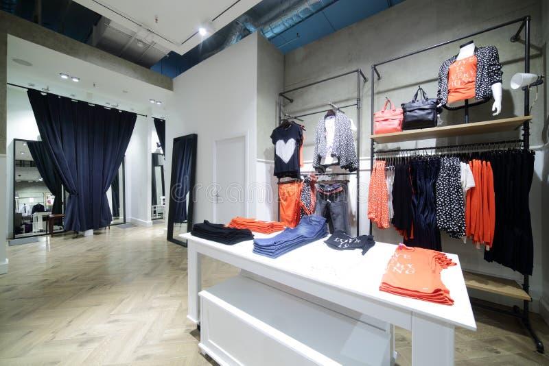 Download Совершенно новый интерьер магазина ткани Стоковое Изображение - изображение насчитывающей яркое, индустрия: 40575381