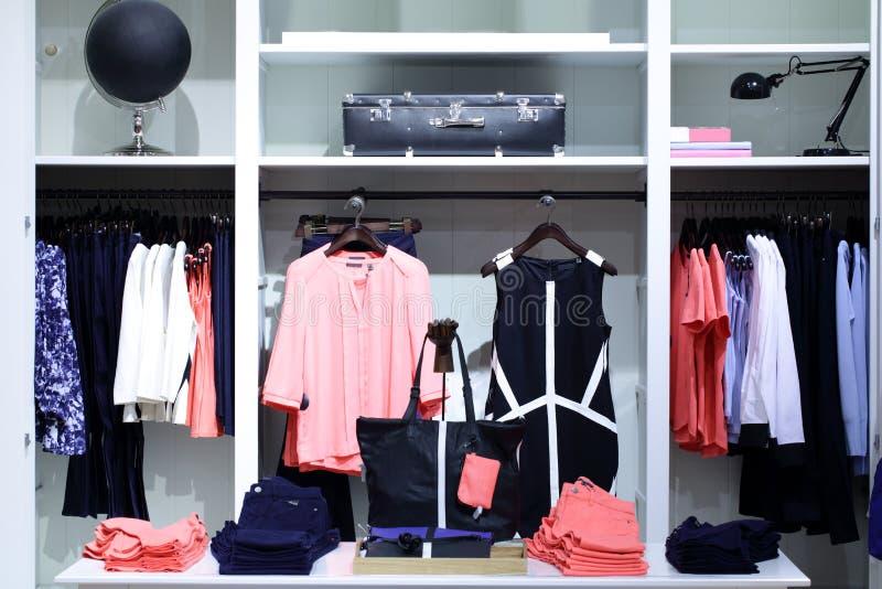 Download Совершенно новый интерьер магазина ткани Стоковое Фото - изображение насчитывающей черный, стекло: 40575390