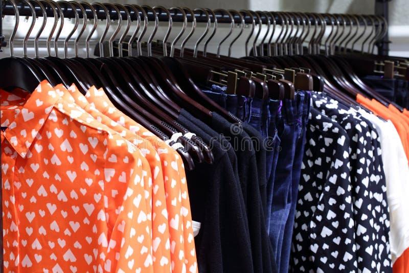 Download Совершенно новый интерьер магазина ткани Стоковое Изображение - изображение насчитывающей черный, цвет: 40575399