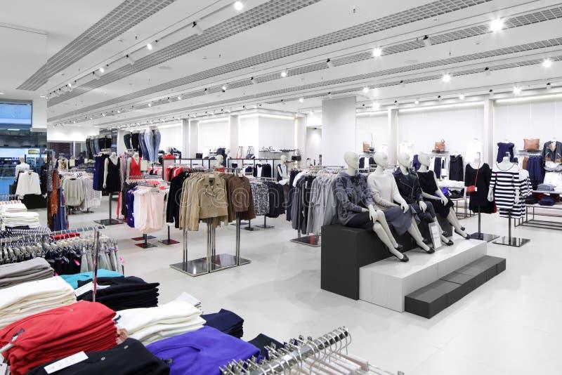 Download Совершенно новый интерьер магазина ткани Стоковое Изображение - изображение насчитывающей черный, воцарения: 40575463