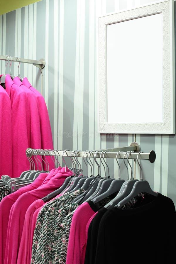 Download Совершенно новый интерьер магазина ткани Стоковое Фото - изображение насчитывающей коммерчески, дисплей: 40575500