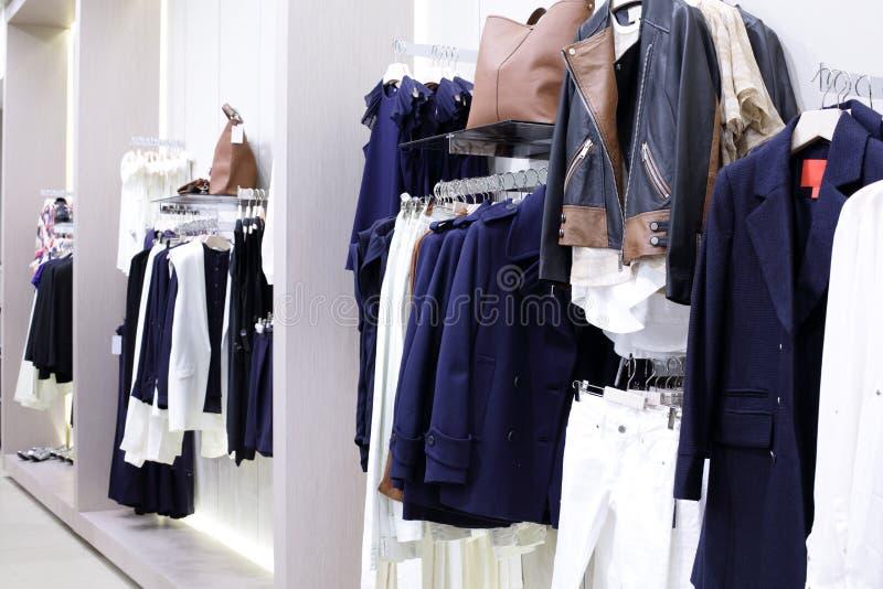 Download Совершенно новый интерьер магазина ткани Стоковое Изображение - изображение насчитывающей одежды, цвет: 40575501