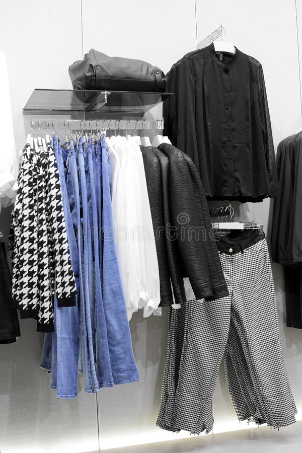 Download Совершенно новый интерьер магазина ткани Стоковое Изображение - изображение насчитывающей внутрь, платье: 40575507