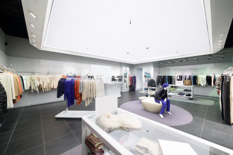 Download Совершенно новый интерьер магазина ткани Стоковое Фото - изображение насчитывающей backhoe, шкаф: 40575866