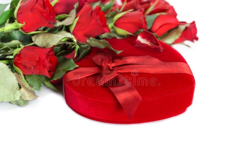 Совершенные красные розы валентинок с подарочной коробкой сердца форменной стоковые изображения rf