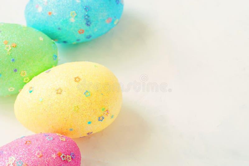 Совершенные пасхальные яйца ручной работы На белой предпосылке Селективный фокус Питание стоковые фото