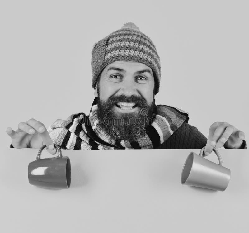 Совершенные утро осени и концепция ароматности Идея времени завтрака Человек в теплой шляпе держит коричневую и зеленую чашку стоковое изображение rf