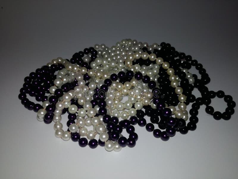 Совершенные черно-белые жемчуга стоковое фото