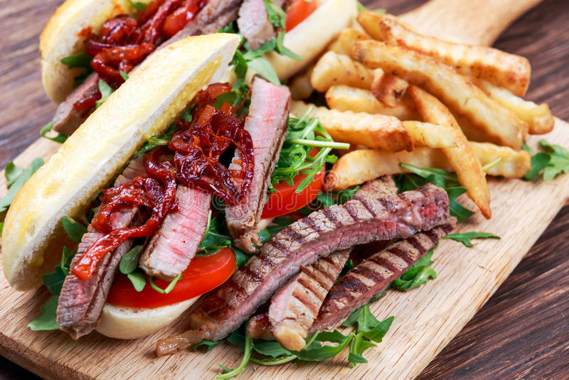 Совершенный сандвич стейка с домашними mayones и обломоками стоковое фото rf