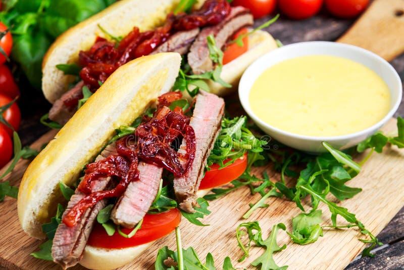 Совершенный сандвич стейка с домашними mayones и обломоками стоковое изображение