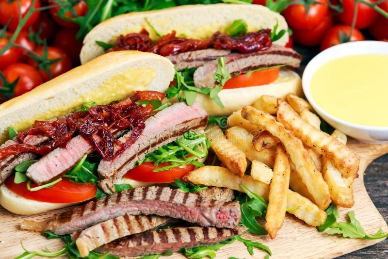 Совершенный сандвич стейка с домашними mayones и обломоками стоковое изображение rf
