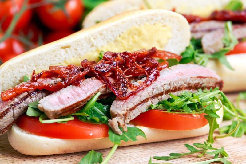 Совершенный сандвич стейка с домашними mayones и обломоками стоковое фото